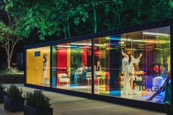 Fachada de vidro colorido para projeto da Deca