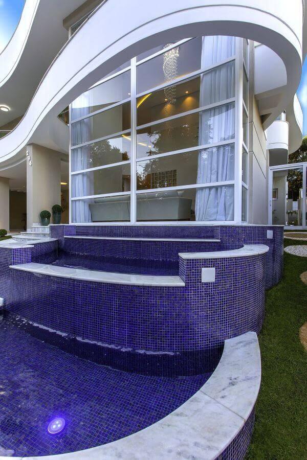 Fachada de vidro com piscina