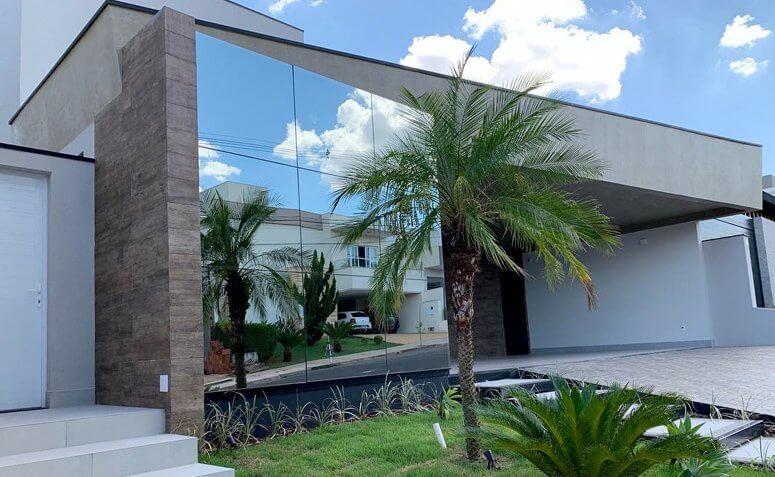 Fachada de vidro espelhado para casa moderna