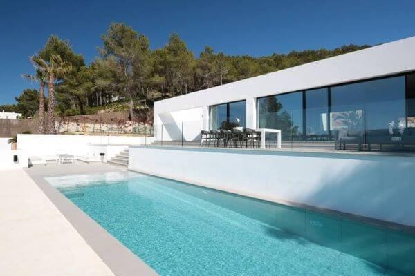 Fachada de vidro para casa com piscina