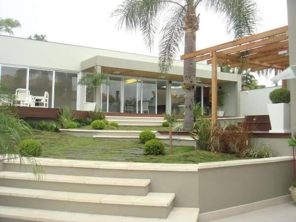 Fachada de vidro perto da piscina