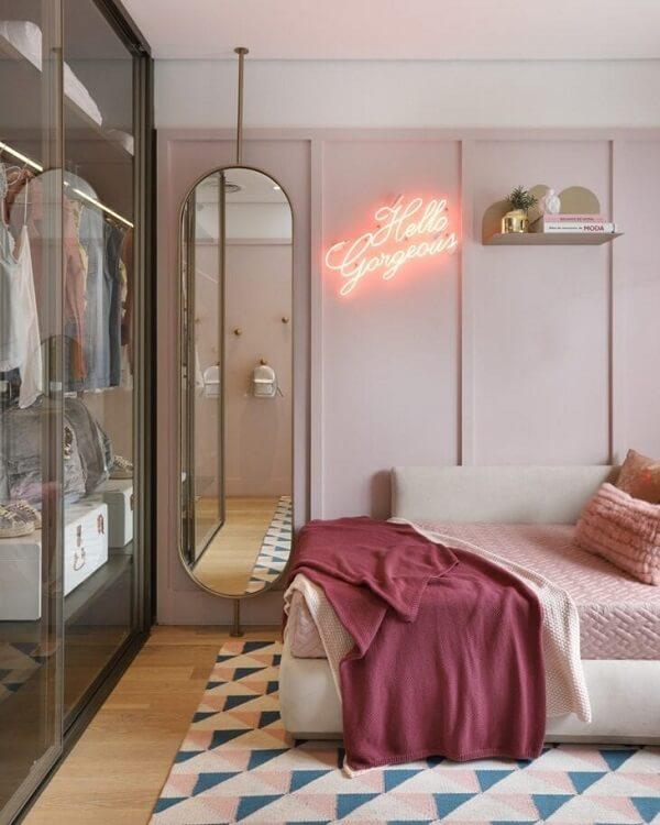 Fuja da decoração tradicional e invista em um quarto neon feminino. Fonte: Fernanda Marques