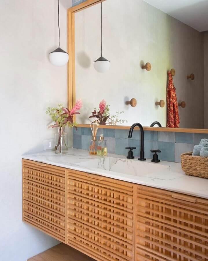 Gabinete de madeira com bancada de mármore para decoração de banheiro simples e bonito Foto Migs Arquitetura