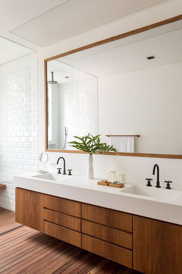 Gabinete suspenso para banheiro com piso de madeira decorado com metro white Foto Studio Kos