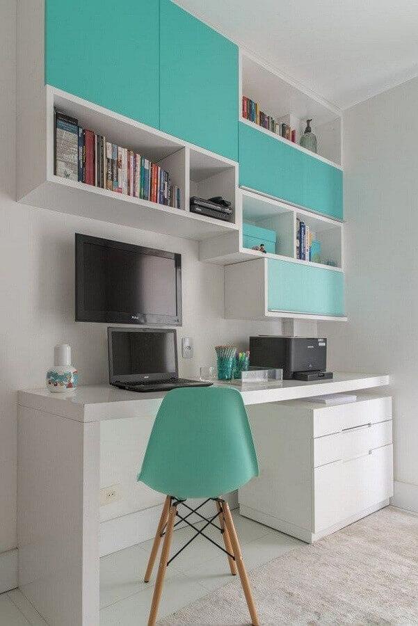 Home office branco decorado com cadeira e armário aéreo cor ciano Foto Decor Fácil