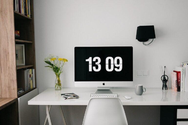 Home office decorado com escrivaninha branca e estante de madeira Foto Pixabay