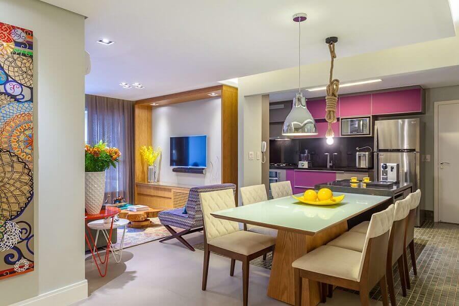 Decoração de sala de estar e jantar integradas com luminárias diferentes