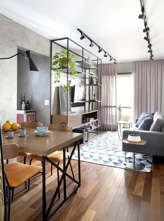 Decoração estilo industrial com trilho de luz para sala de estar e jantar integrada Foto Mandril Arquitetura + Interiores