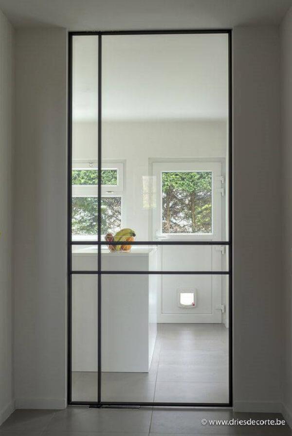Invista em portas de ferro com vidro para sala e cozinha. Fonte: Driesdecorte