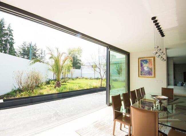 Invista em uma ampla porta de vidro para sala de jantar. Fonte: Homify