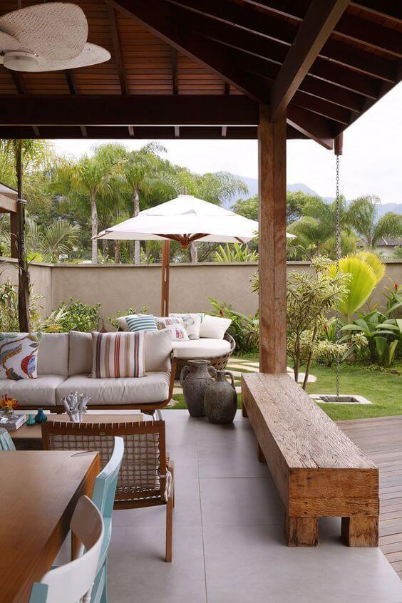 Jardim com chaise área externa e guarda sol