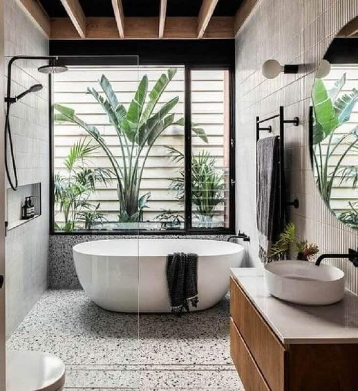 Jardim de inverno para banheiro bonito decorado com banheira de imersão Foto Decor Fácil