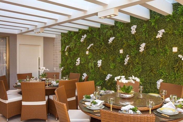 Jardim vertical e pergolado de concreto decoram o ambiente. Fonte: Wattpad