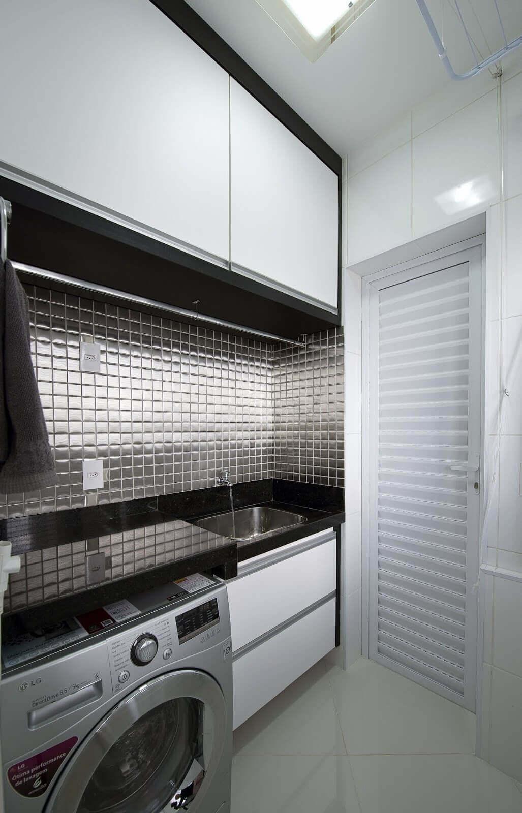 Lavandeira na cor prata e moveis brancos