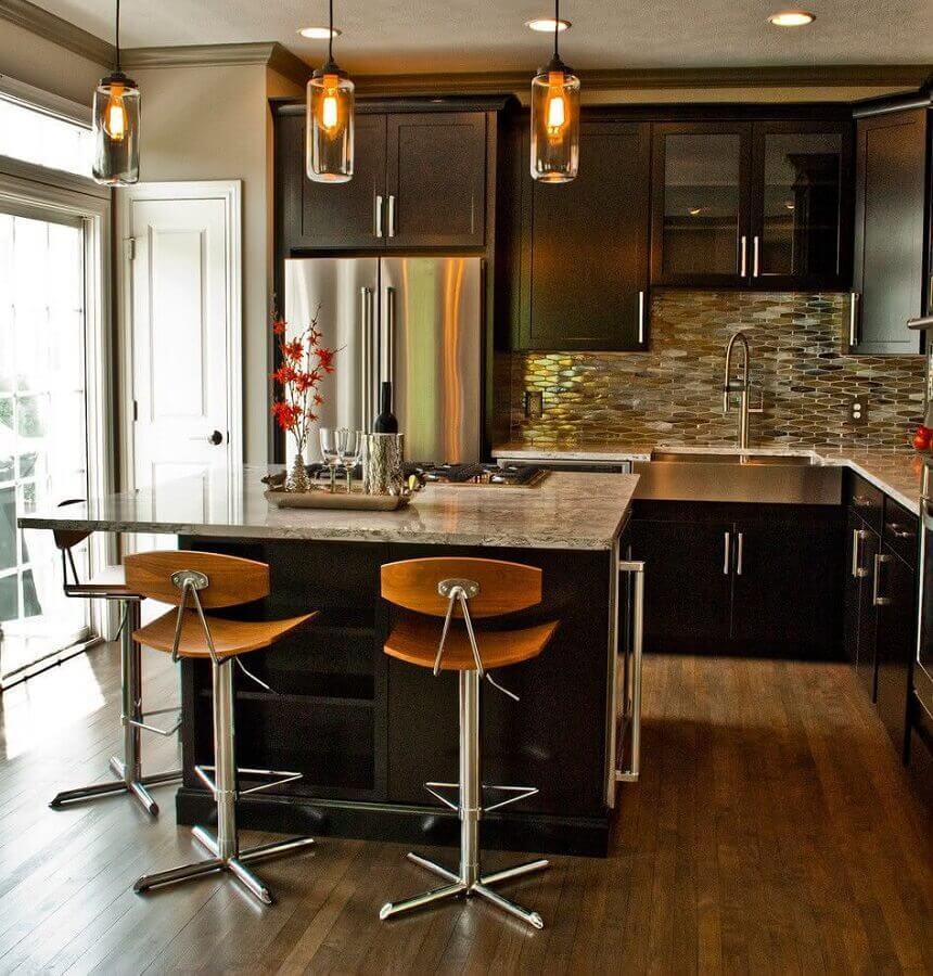 Luminária de vidro para decoração de cozinha planejada com ilha pequena e armários pretos Foto Houzz