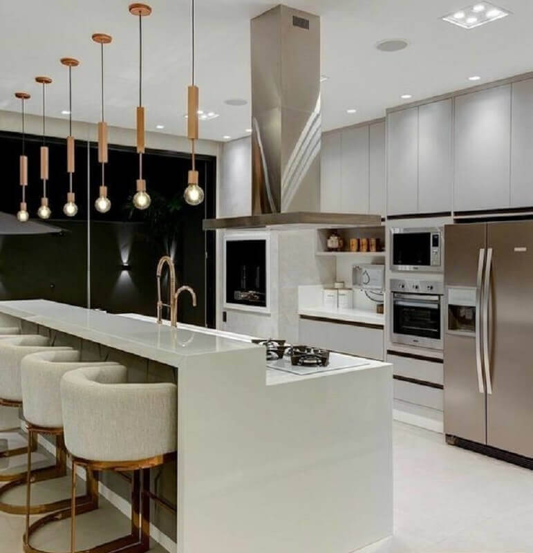 Luminária pendente para decoração de cozinha planejada com ilha Foto Juliana Saraiva Arquitetura e Interiores