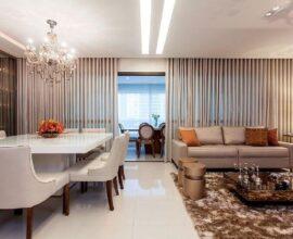 Lustre de cristal e tapete felpudo para decoração de sala de jantar e estar integradas Foto Arlux Cortinas e Persianas