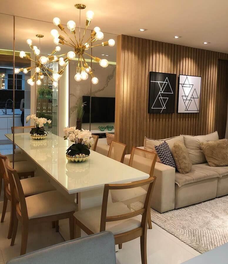 Lustre moderno para sala de estar e jantar integrada decorada com painel ripado de madeira Foto De Paula e Nobrega