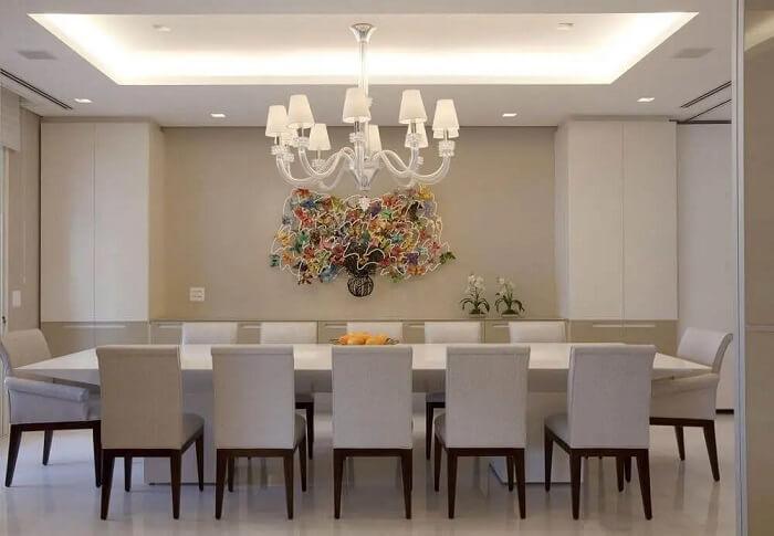 Lustre pendentes para sala de jantar decorada toda branca. Fonte: Marcelo Rosset Arquitetura