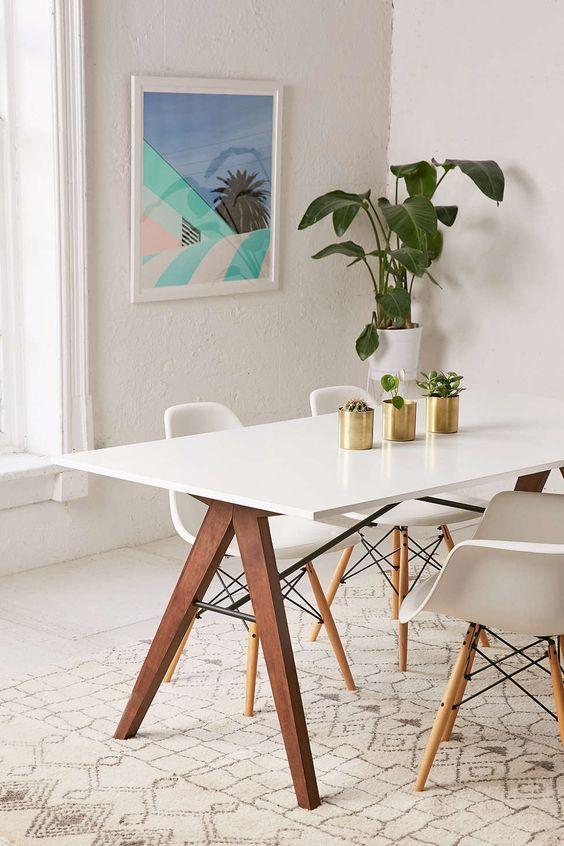 Mesa Eiffel com cadeiras combinando