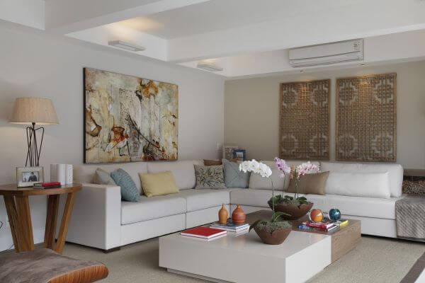 Mesa de centro com vaso de flor para sala colorida
