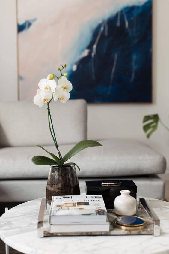 Mesa de centro decorada com vaso de flor para sala de estar