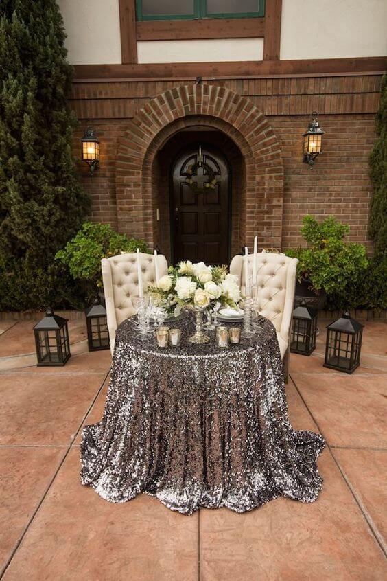 Mesa de jantar chique com toalha na cor prata