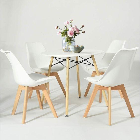 Mesa de jantar eiffel com cadeiras brancas e vaso de flores pink
