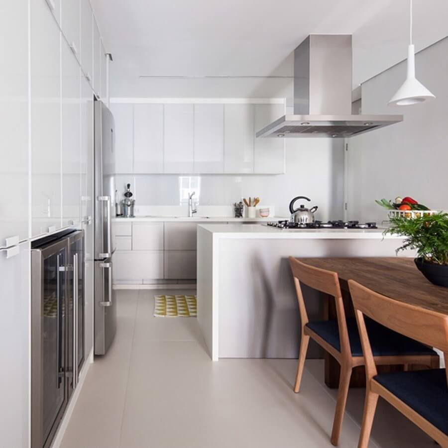 Mesa de madeira para decoração clean de sala e cozinha americana branca Foto Iná Arquitetura