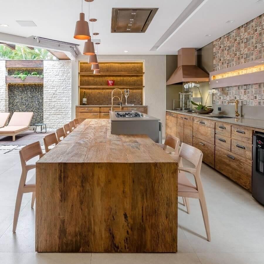 Mesa de madeira rustica para decoração de cozinha com ilha planejada Foto Okha Arquitetura