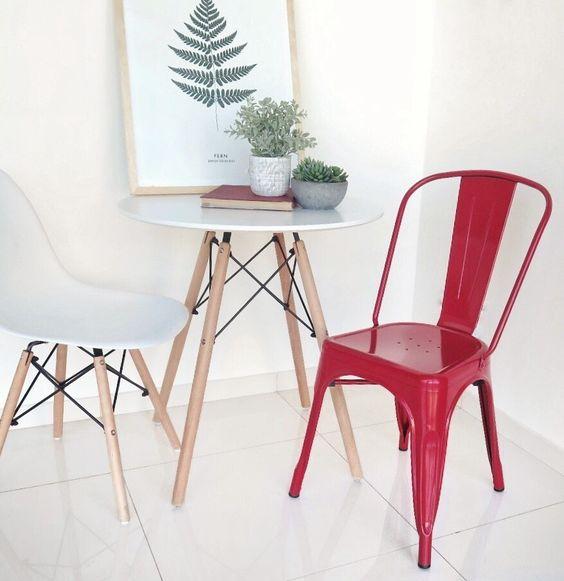 Mesa eiffel para cozinha pequena com cadeira vermelha
