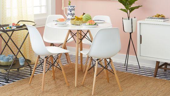 Mesa eiffel pequena branca na sala de jantar
