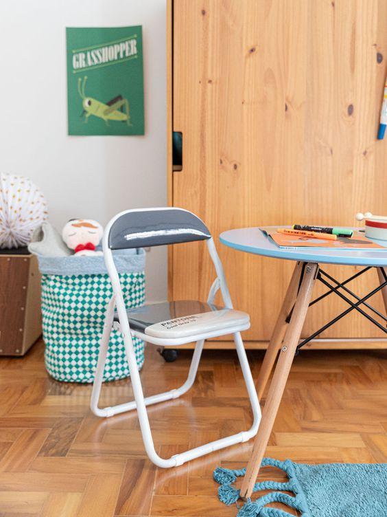 Mesa eiffel pequena para quarto infantil