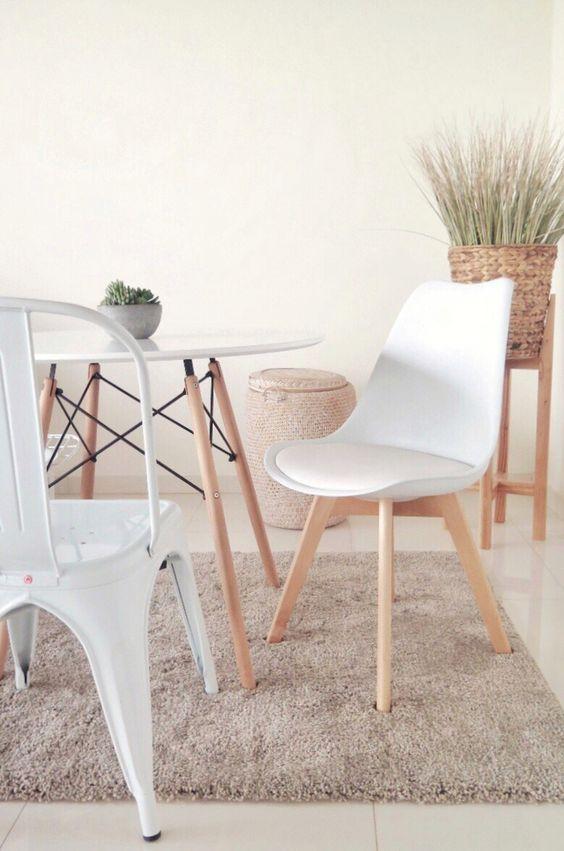 Mesa eiffel redonda para sala de estar rustica com cadeiras diferentes