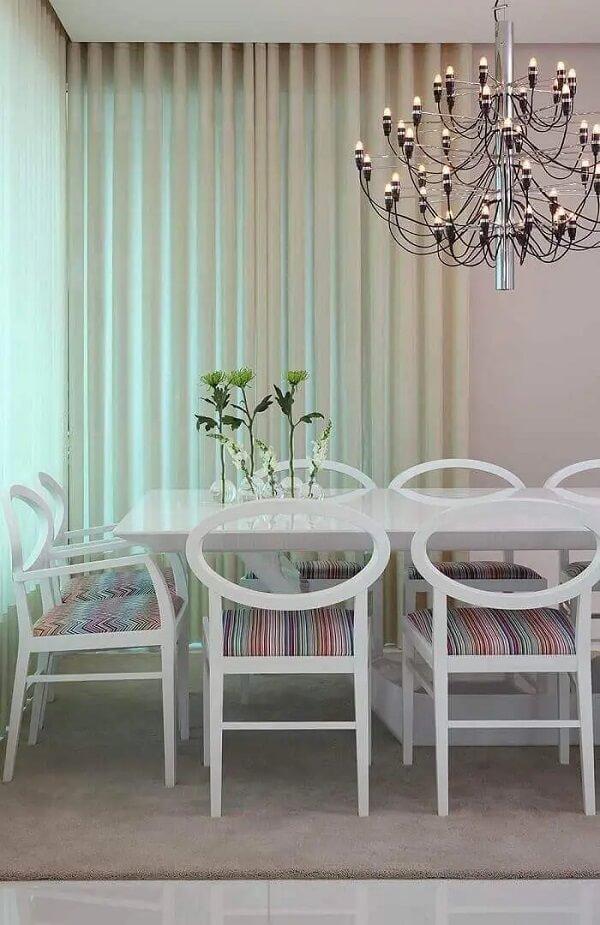 Mesa retangular com cadeiras com forro colorido. Projeto por Vivian Coser
