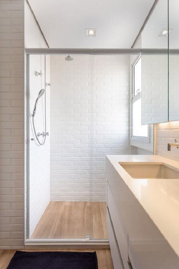 Metro white para decoração de banheiro com piso de madeira Foto Marina Carvalho