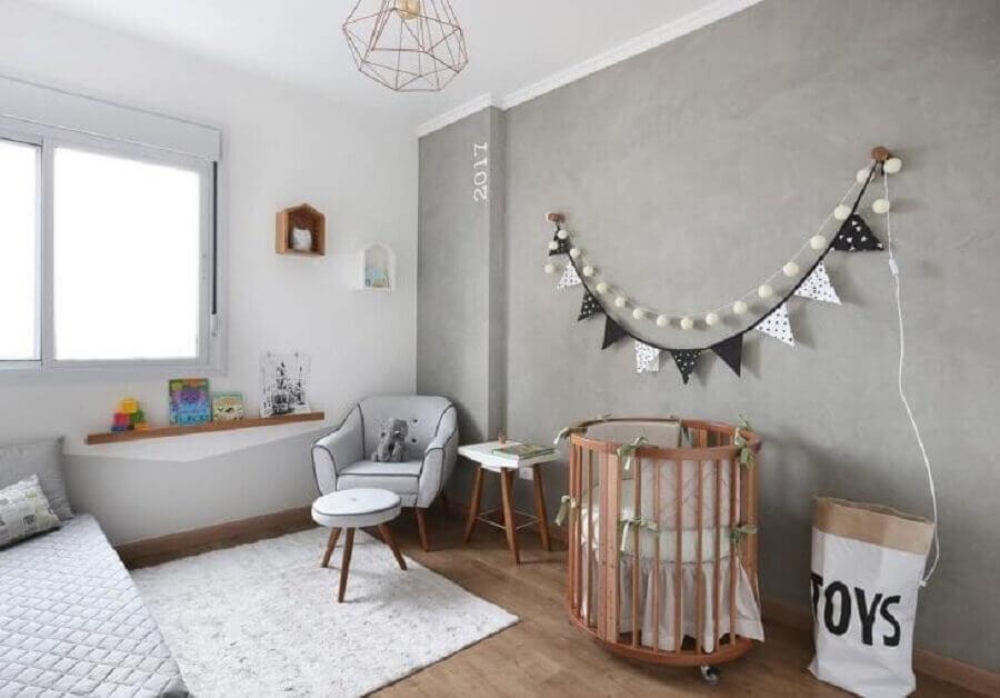 Mini berço de madeira para quarto de bebê cinza e branco decorado com parede de cimento queimado Foto Studio Vida Design