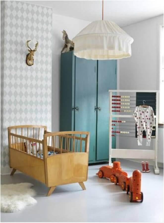 Mini berço de madeira para quarto de bebe simples decorado com papel de parede cinza e branco Foto Just Real Moms