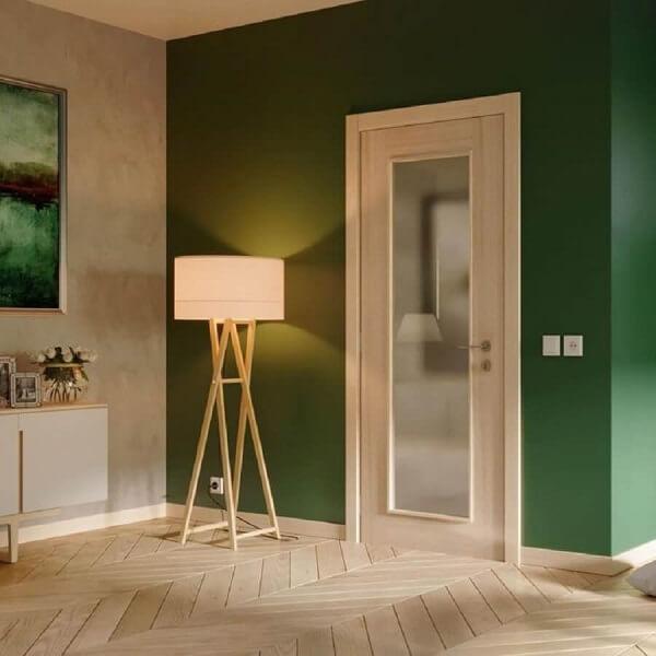 Modelo de porta de vidro para sala com paredes verdes. Fonte: Best Door