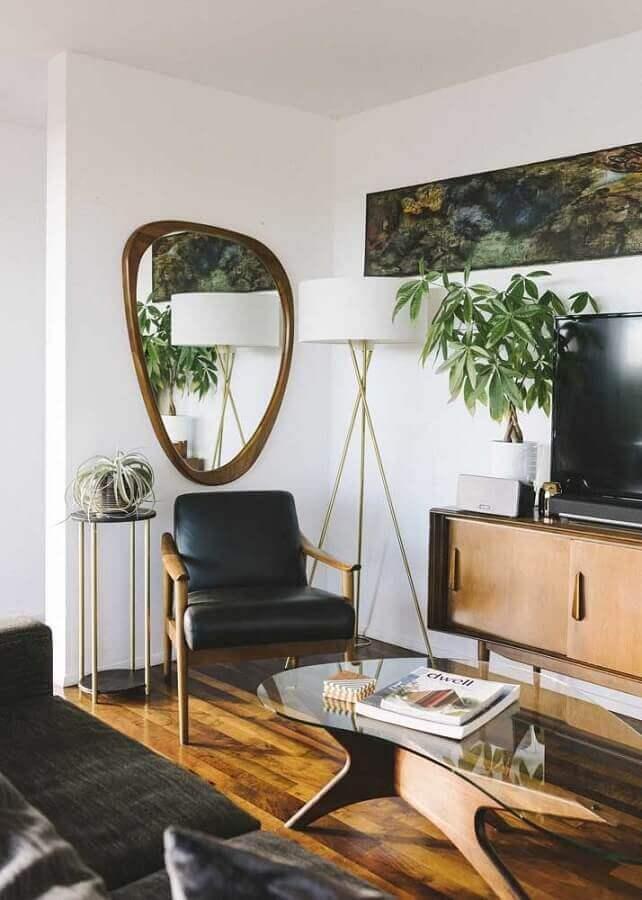 Modelo diferente de espelho na parede da sala de TV decorada com abajur de chão Foto Architecture Art Designs