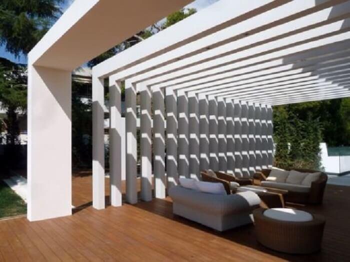 O espaçamento das vigas do pergolado de concreto pode variar de acordo com o local onde ele será instalado. Fonte: Decorei