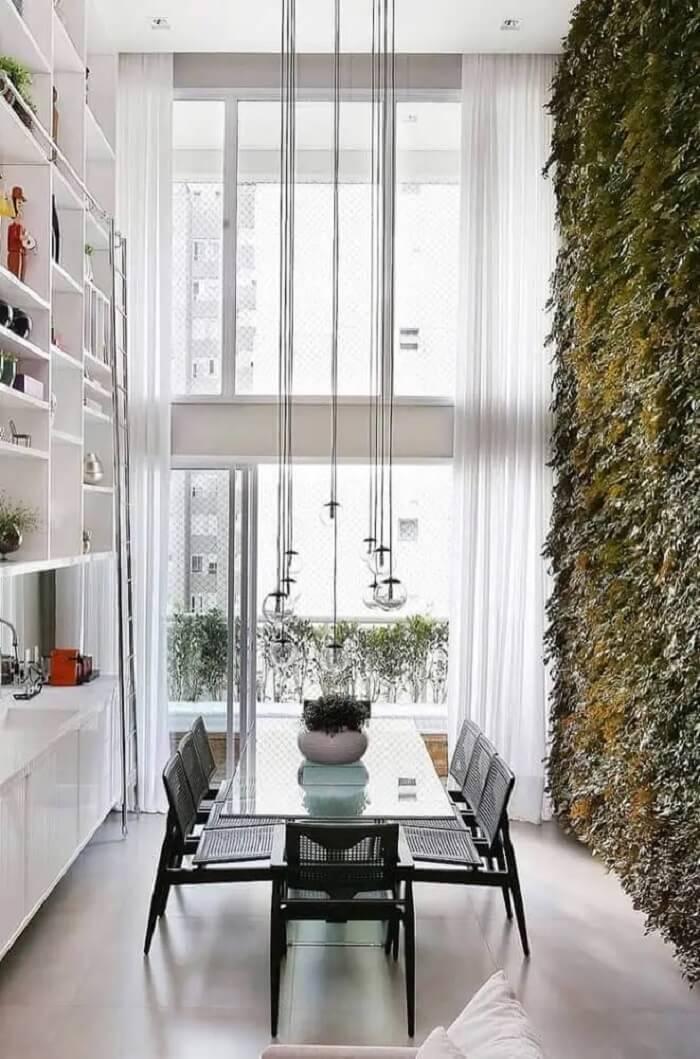 O jardim vertical na decoração de sala de jantar moderna deixa o ambiente ainda mais bonito e leve. Fonte: The Holk