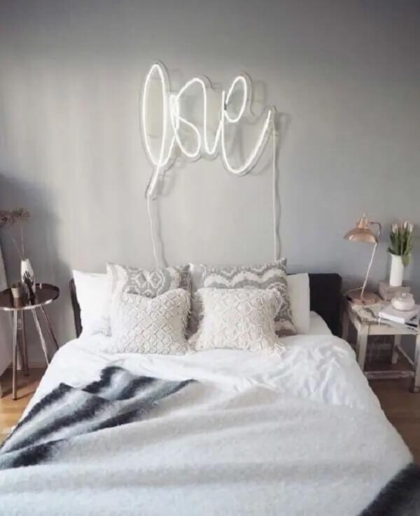 O letreiro LOVE decora o quarto neon. Fonte: Graphiste