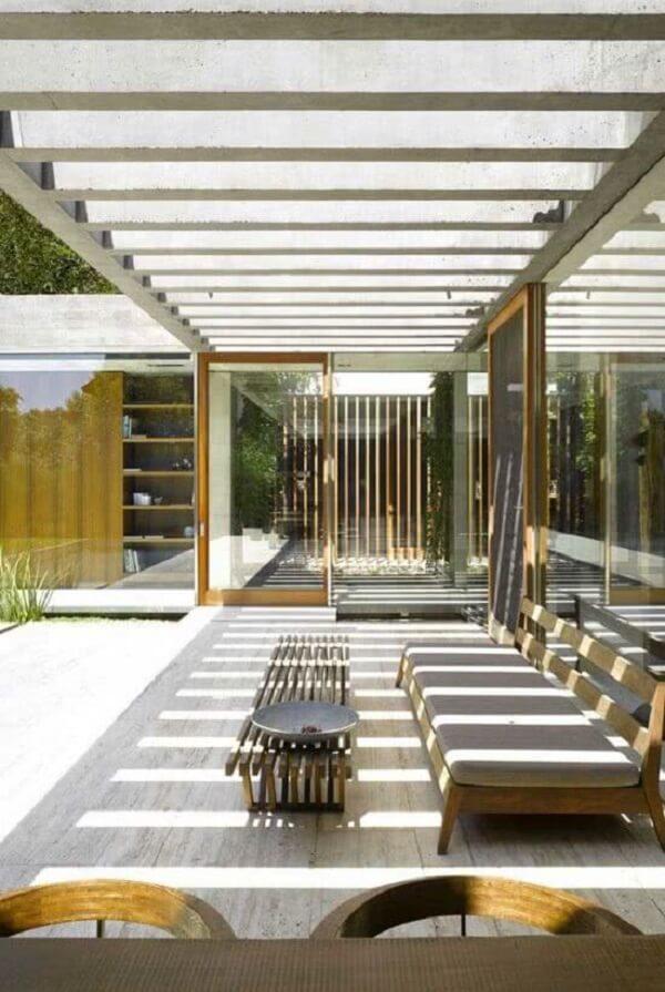O pergolado de concreto com vidro traz elegância para o terraço do imóvel. Fonte: Decor Fácil