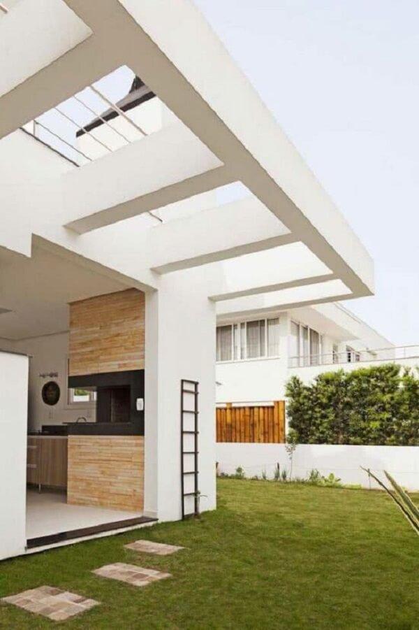 O pergolado de concreto na parede ganhou acabamento branco. Fonte: Decor Fácil