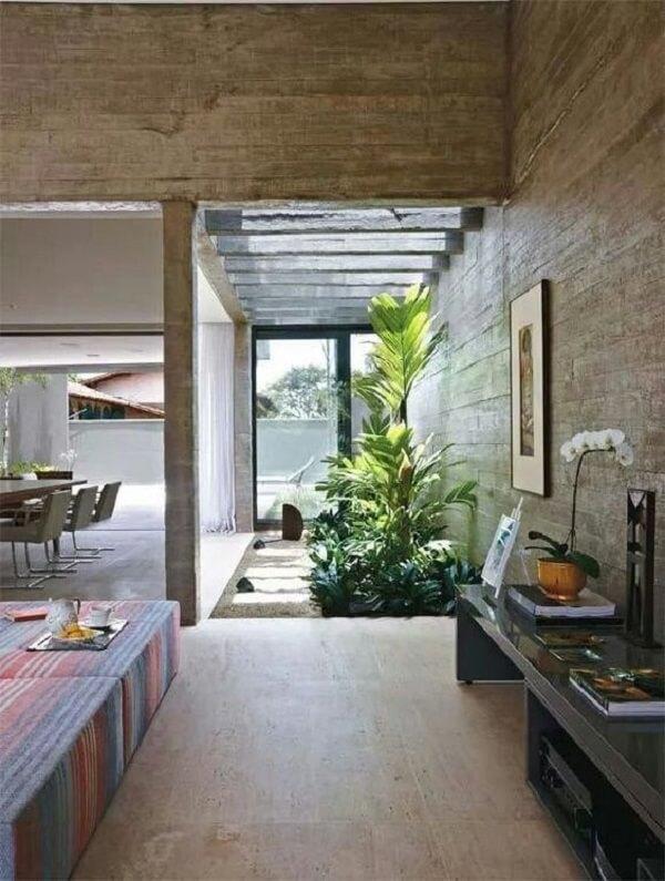 O pergolado de concreto permite a entrada de luz natural e chuva sobre as plantas do jardim de inverno. Fonte: Architecture Art Designs