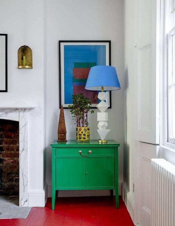 O piso vermelho combina com diferentes elementos decorativos. Fonte: House & Garden Magazine UK