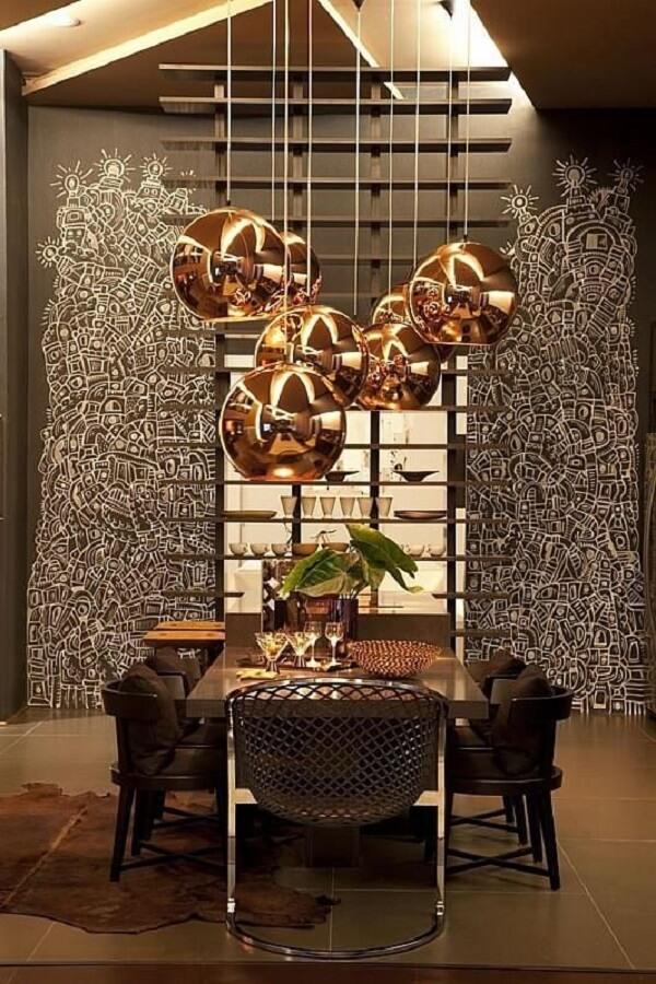 Os pendentes se destacam na sala de jantar de luxo moderna. Fonte: Denise Barreto