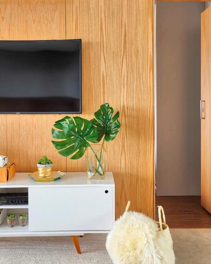 Painel de madeira para decoração de sala com plantas artificiais em vaso de vidro Foto Dudi Duarte