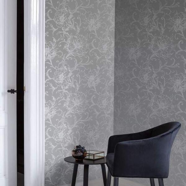 Papel de parede cor prata e poltrona azul marinho
